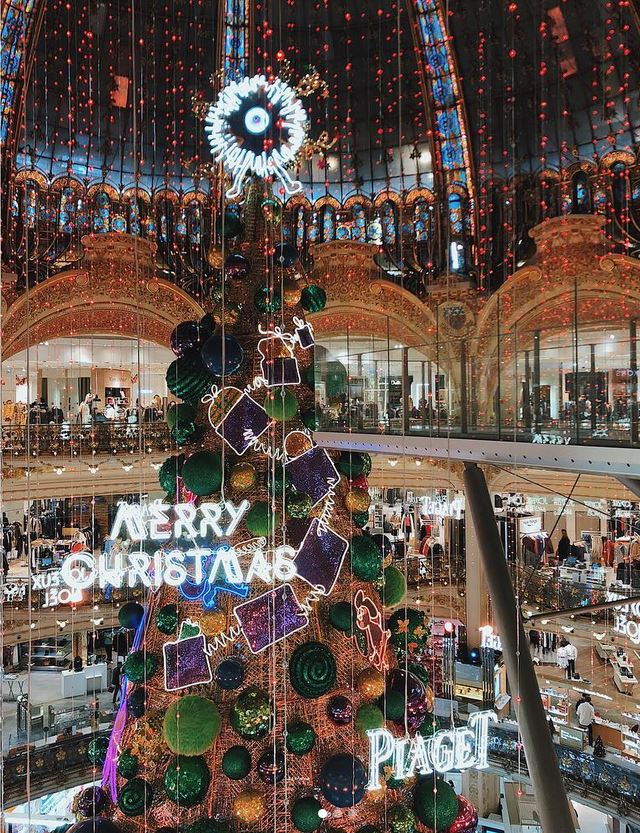 The Christmas tree at Galeries Lafayette