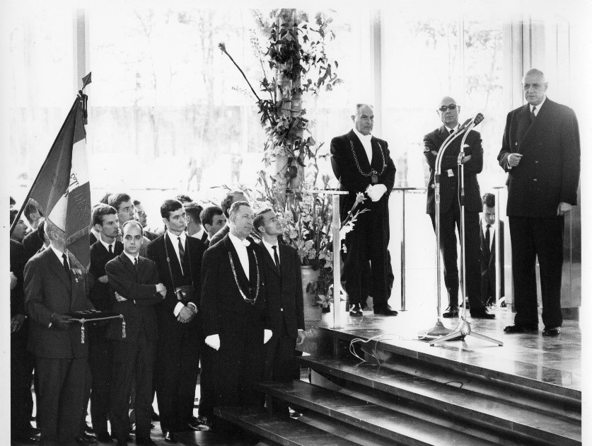 Image of President Charles de Gaulle delivers a speech in the Hall d'Honneur to officially inaugurate the new campus