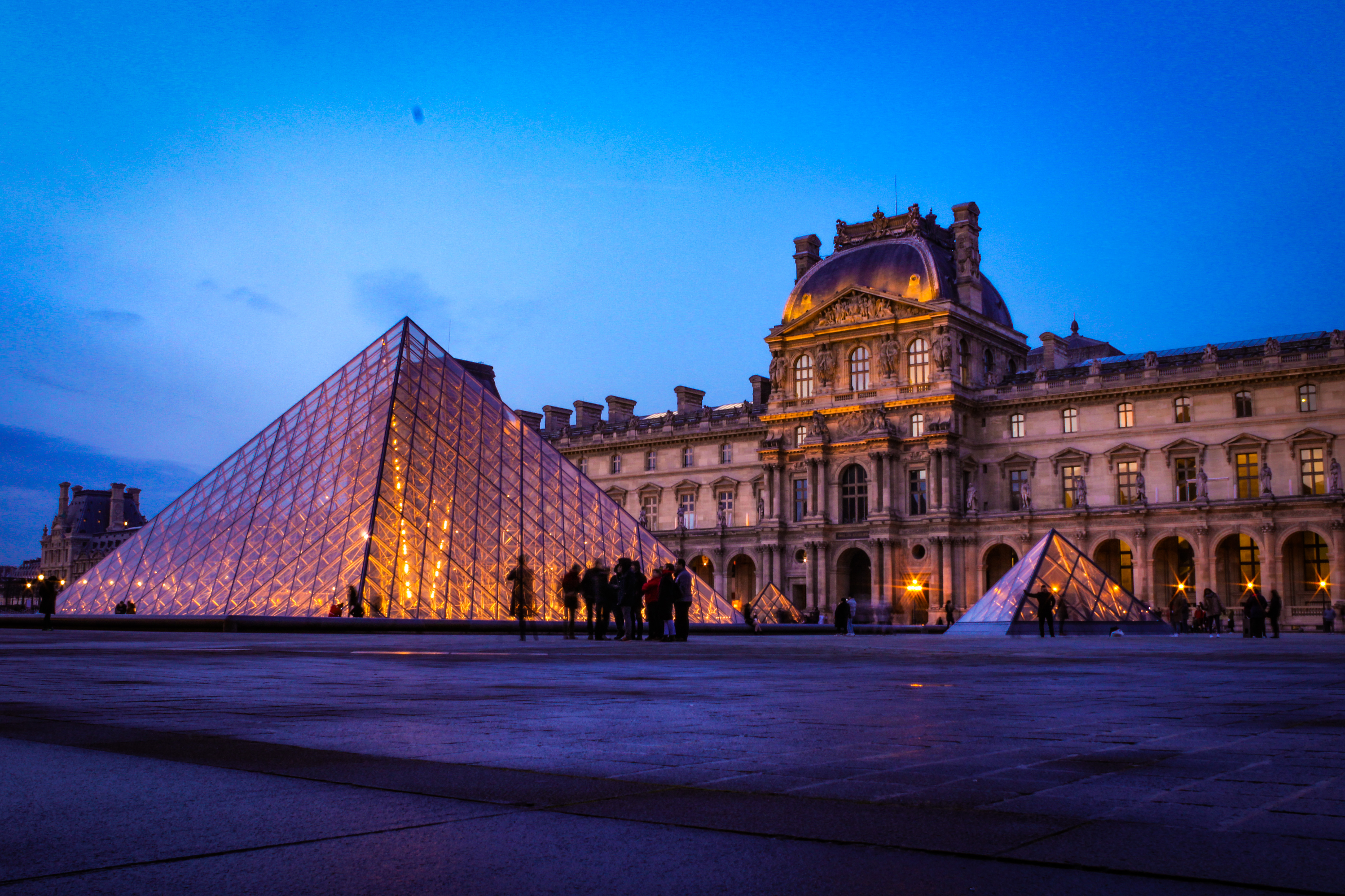 HEC Paris MBA student Tonny's picture of the Louvre at night